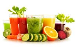 Verres avec les jus organiques frais de légume et de fruit sur le blanc Photographie stock