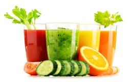 Verres avec les jus organiques frais de légume et de fruit sur le blanc Photographie stock libre de droits