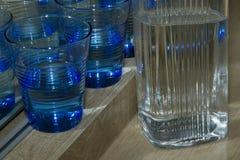 Verres bleus pour l'eau et le pot Image libre de droits
