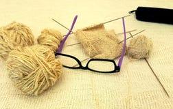 Verres, boules de fil vierge et tricotage photos libres de droits