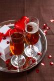 Verres, cadeau et coeurs de cocktail Photographie stock