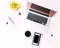 Verres café et fleurs de téléphone portable de clavier d'ordinateur portable d'espace de travail Photos stock
