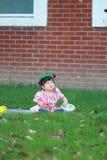 Verres chinois mignons de jeu de bébé sur la pelouse Image stock