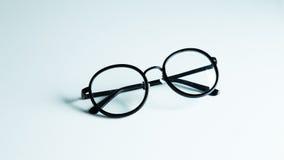 Verres classiques d'oeil au beurre noir d'isolement sur le fond blanc Photos libres de droits