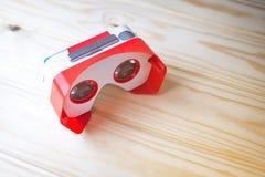 Verres colorés de réalité virtuelle pour le téléphone sur le fond en bois Photos stock