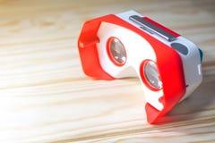 Verres colorés de réalité virtuelle pour le téléphone sur le fond en bois Image stock