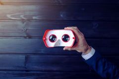 Verres colorés de réalité virtuelle pour le téléphone sur le fond en bois Images libres de droits