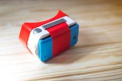 Verres colorés de réalité virtuelle pour le téléphone sur le fond en bois Photos libres de droits