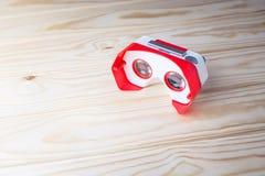 Verres colorés de réalité virtuelle pour le téléphone sur le fond en bois Image libre de droits