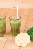 Verres complètement de jus et de brocoli savoureux de kiwi Image stock