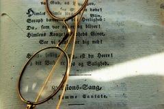 Verres démodés avec un livre Image stock