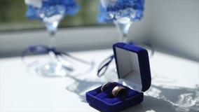 Verres d'anneaux de mariage et de vin de mariage sur la table pendant le matin du jour du mariage Image stock