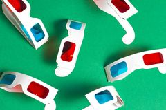 Verres 3d de papier sur un fond vert Concept de film Cinéma dans 3d Photos stock