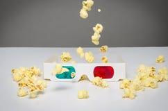 verres 3d et maïs éclaté en baisse Photographie stock