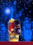 verres 3d et maïs éclaté sur le cinéma de fauteuil Photographie stock libre de droits