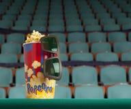 verres 3d et maïs éclaté sur le cinéma vert de fauteuil Photo libre de droits