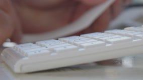 Verres d'oeil de prise d'homme de table et effectuer le calcul utilisant la machine à calculer clips vidéos