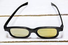 verres 3D par couleur jaune Photographie stock libre de droits