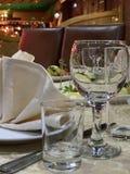 Verres dans le restaurant sur la table photo stock