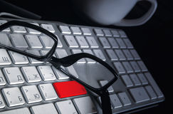 Verres dans une enveloppe noire sur le clavier numérique d'ordinateur images libres de droits