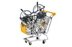 Verres de achat dans un chariot de supermarché image libre de droits