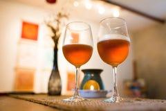 Verres de bière avec du temps romantique de lampe d'arome à la cheminée Photos stock