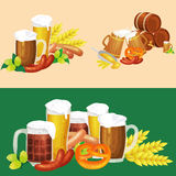 Verres de bière blonde et foncée avec des casse-croûte sur un fond de bar Photos libres de droits