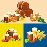 Verres de bière blonde et foncée avec des casse-croûte sur un fond de bar Photographie stock libre de droits
