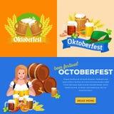 Verres de bière blonde et foncée avec des casse-croûte sur un fond de bar Image libre de droits