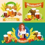 Verres de bière blonde et foncée avec des casse-croûte sur un fond de bar Photographie stock