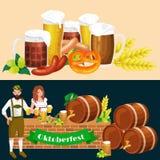 Verres de bière blonde et foncée avec des casse-croûte sur un fond de bar Photo libre de droits
