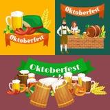 Verres de bière blonde et foncée avec des casse-croûte sur un fond de bar Images libres de droits