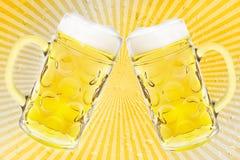 2 verres de bière sur de rétros rayures Photos libres de droits