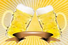 2 verres de bière sur de rétros rayures Photo stock