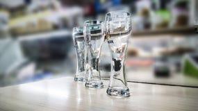 verres de bière sur le compteur image stock