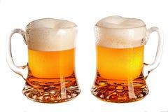 Verres de bière sur un fond blanc Images stock