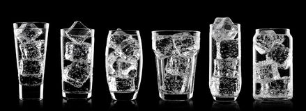 Verres de boisson de soude de l'eau de scintillement avec de la glace photographie stock libre de droits