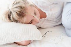 Verres de bordage de sommeil de femme de relaxation de sommeil de jour photo libre de droits