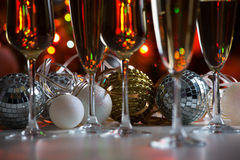 Verres de boules de champagne et de Noël Image stock