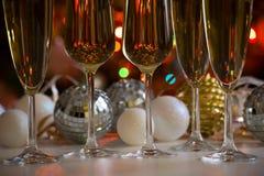 Verres de boules de champagne et de Noël Photographie stock libre de droits