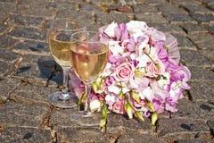 Verres de bouquet et de champagne du ` s de jeune mariée images libres de droits