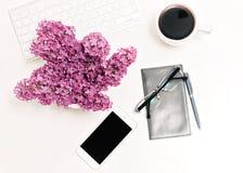 Verres de café de carnet de téléphone portable de clavier d'ordinateur de lieu de travail lilas Photo libre de droits