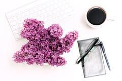 Verres de carnet de café de téléphone portable de clavier d'ordinateur de lieu de travail lilas Image libre de droits
