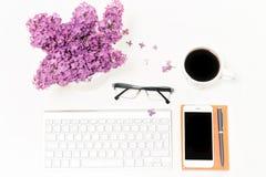 Verres de carnet de café de téléphone portable de clavier d'ordinateur de lieu de travail lilas Photo libre de droits