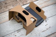Verres de carton de réalité virtuelle Manière simple d'observer des films dans 3 Images stock