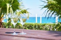 Verres de champagne à une piscine de station de vacances dans un hôtel de luxe Partie par la piscine Boisson de versement dans un Image libre de droits