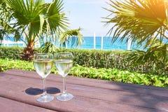 Verres de champagne à une piscine de station de vacances dans un hôtel de luxe Partie par la piscine Boisson de versement dans un Photographie stock libre de droits