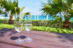 Verres de champagne à une piscine de station de vacances dans un hôtel de luxe Partie par la piscine Boisson de versement dans un Images stock