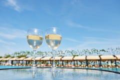 Verres de champagne à une piscine de station de vacances dans un hôtel de luxe Partie par la piscine Boisson de versement dans un Photo stock