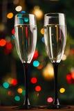 Verres de Champagne au seuil de nouvelle année Photographie stock libre de droits